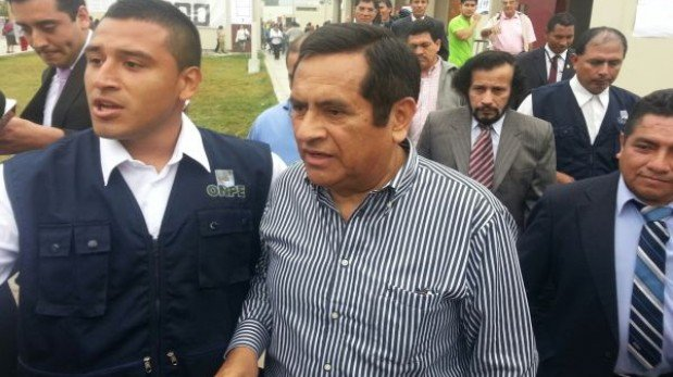 Marco Tulio Gutiérrez fue pifiado al acudir a centro de votación