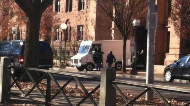 Universidad de Yale cierra su campus ante alerta de un hombre armado