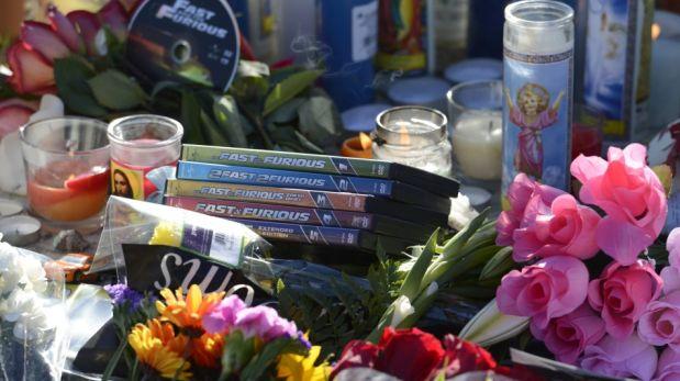 """Fanáticos de """"Rápidos y furiosos"""" le rinden homenaje a Paul Walker en el lugar del accidente [FOTOS]"""