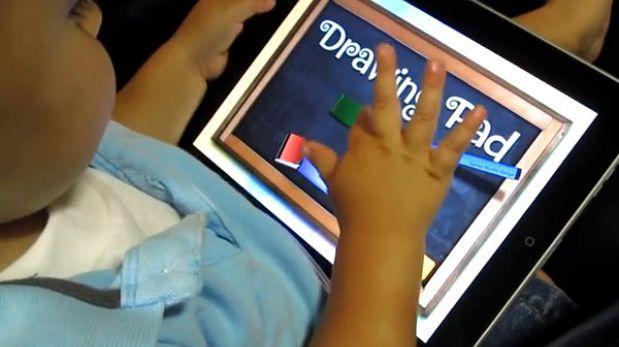 Pediatras alertan del riesgo de que los bebés usen tablets y smartphones