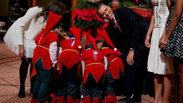 Barack Obama y su familia fueron sorprendidos por unos niños y sus muecas en un evento navideño [FOTOS]