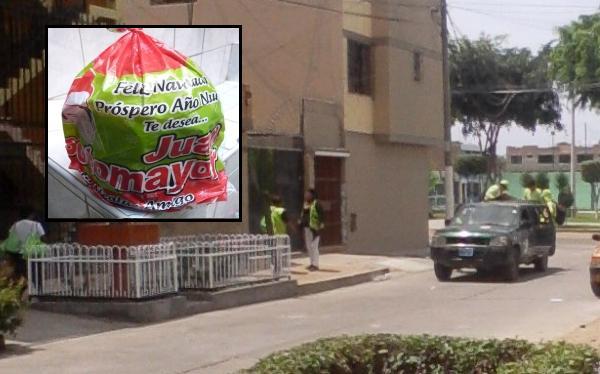 Alcalde del Callao repartió panetones con su nombre en vehículo del municipio