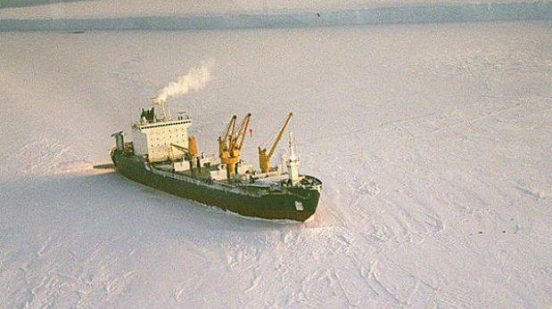 Un barco ruso lleva dos días varado entre trozos de hielo