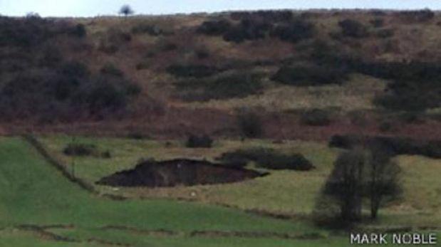 Reino Unido: inesperado agujero de 49 metros se abrió en medio de un pueblo
