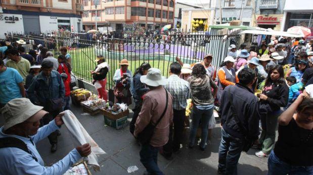 Parte del Cercado de Arequipa fue tomado por ambulantes a horas de recibir el 2014 [FOTOS]