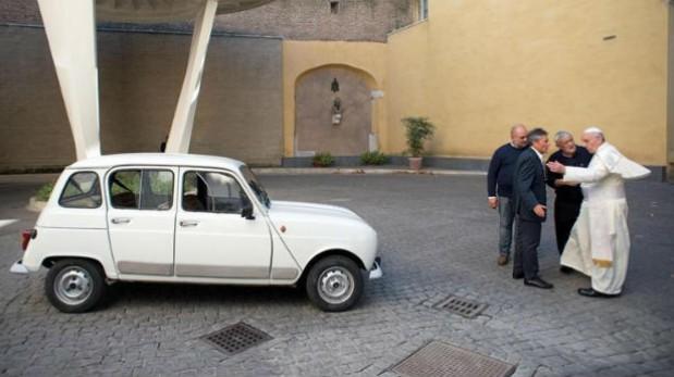 Renault 4 de hace 28 años es el nuevo 'papamóvil'