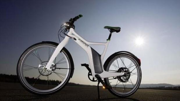 Regalan al Papa una bicicleta eléctrica