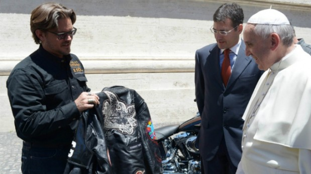 Regalan al Papa dos Harley-Davidson