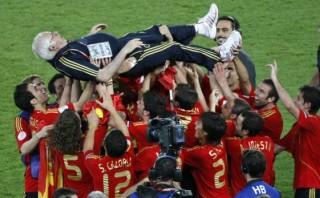 Jugadores españoles lamentan la muerte de Aragonés en Twitter