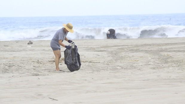 Un hombre que había emprendido la misión de limpiar una playa llena de basura en Mumbai, capital financiera de la India, se dio por vencido y admitió que ha fracasado