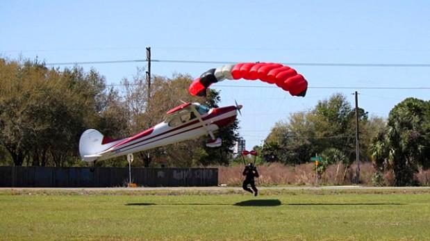 [Video] Captan espectacular choque entre avioneta y paracaídas
