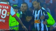 Ronaldinho recibió con abrazo a hincha que se metió a la cancha