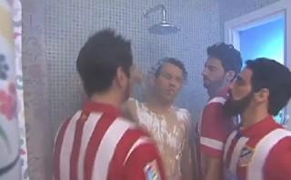 Jugadores del Atlético marcarán a Iniesta hasta en la ducha