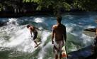 Surfistas llegan a Munich para correr olas en un río artificial