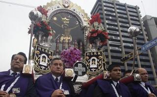 La imagen del Señor de los Milagros recorre las calles de Lima