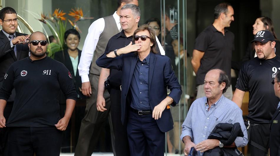 Paul McCartney saludó a sus fans cuando salió del hotel!