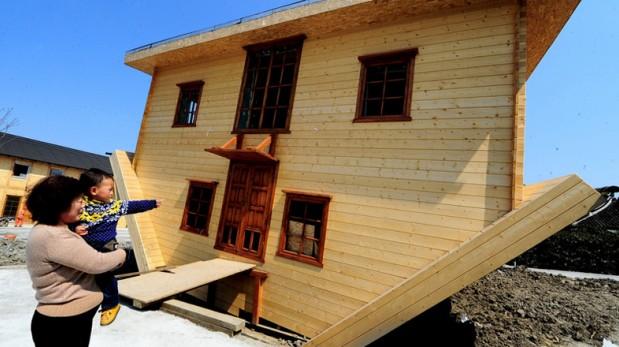 ¿Vivirías de cabeza? Inauguran una casa 'al revés' en China