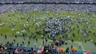 Miles de hinchas invadieron la cancha para celebrar con el City