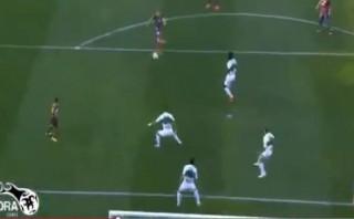 Andrés Iniesta y una volea espectacular que chocó en el palo
