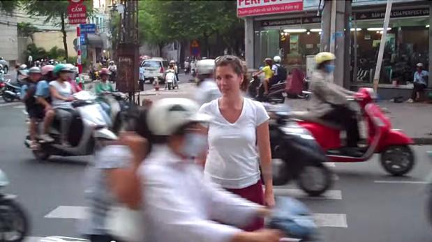 VIDEO: Así cruzan la calle con más tráfico del mundo en Vietnam