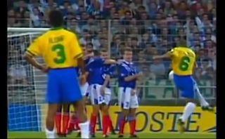 """Se cumplen 17 años del """"gol imposible"""" de Roberto Carlos"""