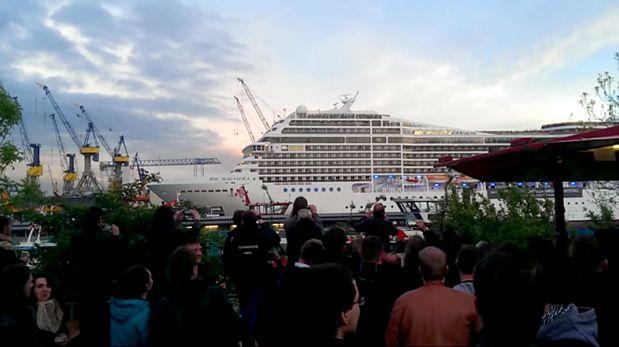 VIDEO: Escucha a este crucero 'cantar' populares temas