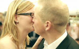 Amor por lo alto: Pareja se casa inesperadamente en un avión