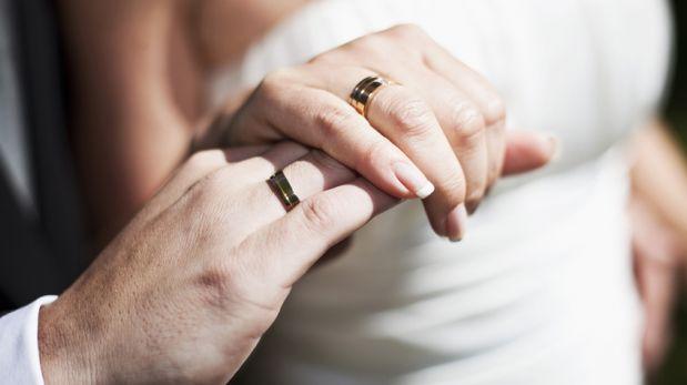 Novio fabricó el anillo de bodas de su esposa con una moneda