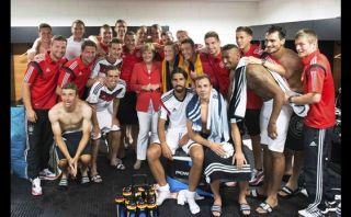 Canciller Angela Merkel felicitó a los alemanes en vestuarios