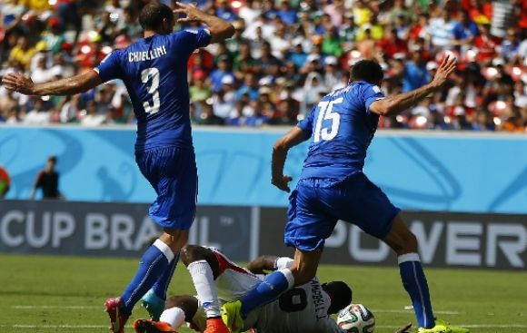 Italia vs. Costa Rica: árbitro no cobró penal contra Campbell