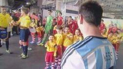 ¿Lionel Messi no le dio la mano a un niño antes del partido?