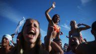 Hinchas albicelestes toman la playa Copacabana tras el triunfo