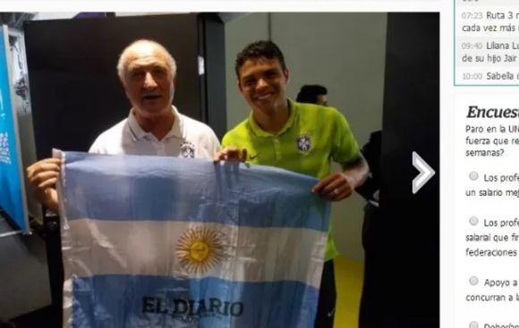 Scolari posó con bandera argentina que le dio suerte