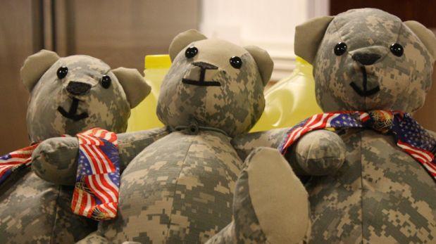 Una madre convierte uniformes de soldados caídos en peluches