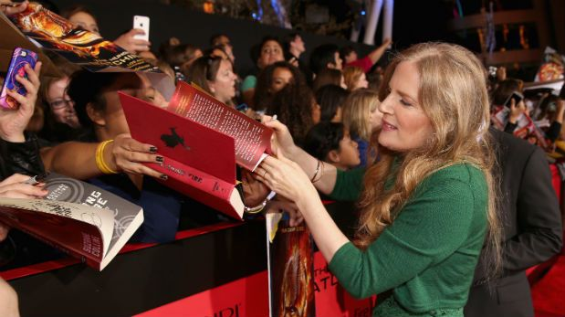 Suzanne Collins y otros escritores en disputa con Amazon
