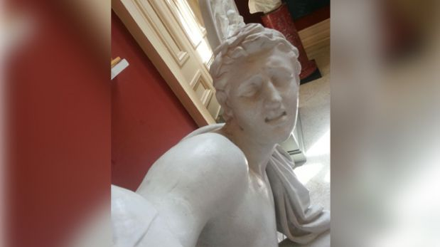 Esculturas se suman a la fiebre del selfie en galería irlandesa