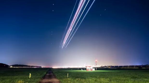¿Estrellas fugaces? Son aviones que despegan a gran velocidad