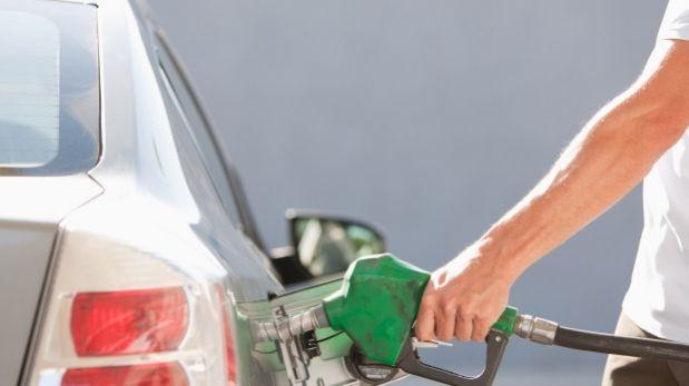 Por qué el precio de la gasolina no se ajusta al del petróleo