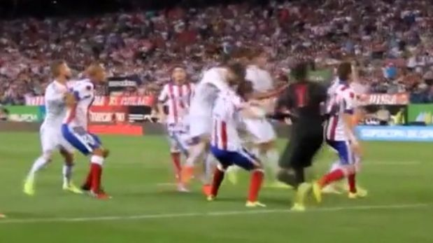 Video demuestra que Cristiano lanzó dos puñetazos a Diego Godín