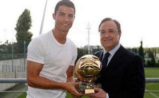 Cristiano le dio una copia del Balón de Oro a Florentino Pérez