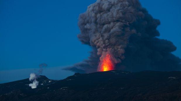 Piloto desvía vuelo en Islandia para mostrar volcán a pasajeros