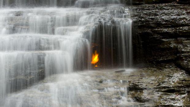 Esta peculiar llama arde sin parar detrás de una cascada