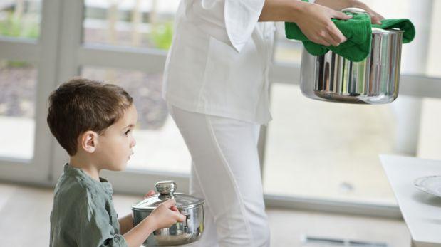 Cinco formas divertidas para que tus hijos te ayuden a cocinar