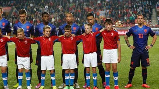 Foto muestra a Wesley Sneijder con vergüenza por su estatura