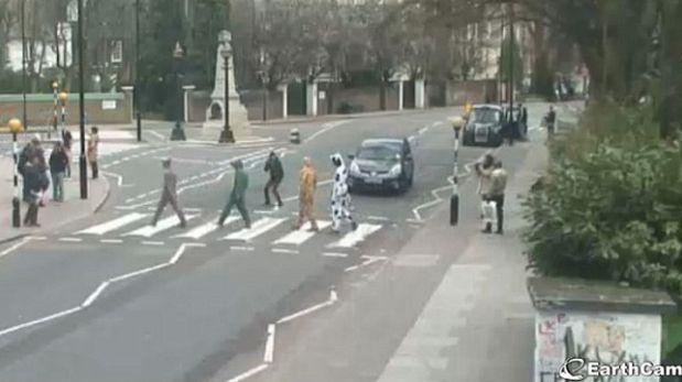 Cámara capta las locuras que hacen los fanáticos en Abbey Road