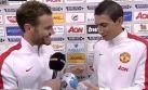 Di María, el mejor del partido, es premiado por Juan Mata