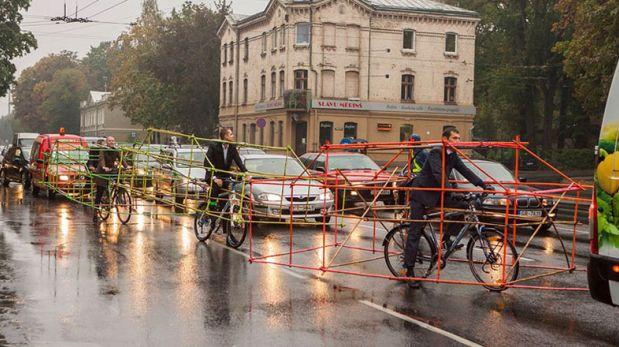 Ciclistas transforman sus bicicletas en carros