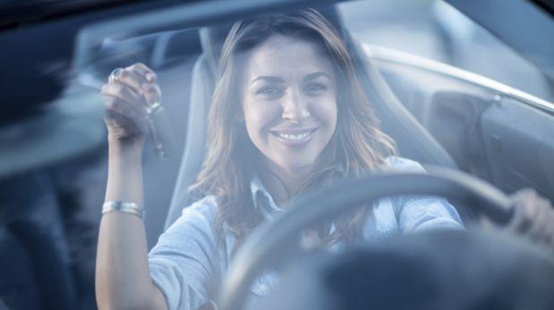 Solo para conductoras: Cinco claves al comprar un auto