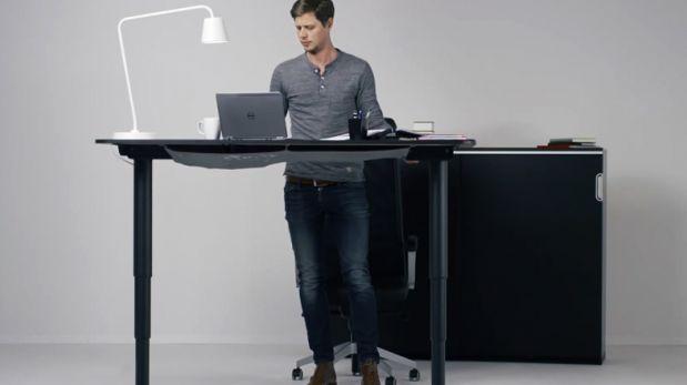 Este escritorio se ajusta a tu altura apretando solo un botón