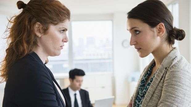 """No seas vista como """"la rival"""" en la oficina con estos consejos"""
